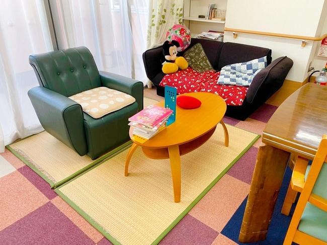 笑顔いっぱい共同生活室ソファー